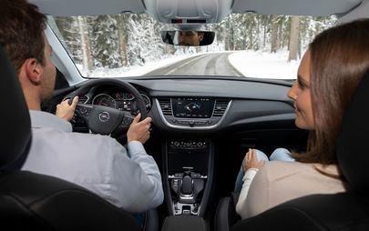 I sistemi di assistenza di Opel Grandland X Hybrid4 rendono semplice guidare una vettura ibrida