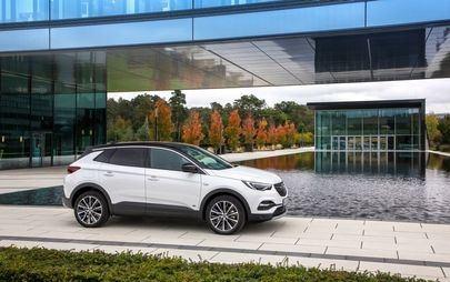 Il nuovo Opel Grandland X Hybrid Plug-in con trazione anteriore