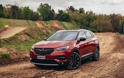 Opel Grandland X Hybrid4: i sistemi di assistenza rendono semplice guidare una vettura ibrida